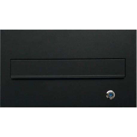 Nowoczesna, przelotowa skrzynka na listy z z podświetlonym przyciskiem dzwonkowym, montowana w murze.